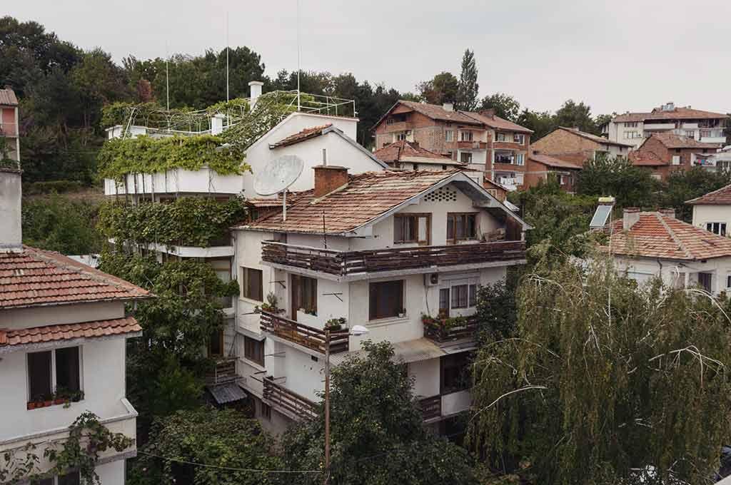 Гледката от улица Надежда към къщата за гости с басейн на семейство Ингови в тих и спокоен квартал на курортен град Сандански