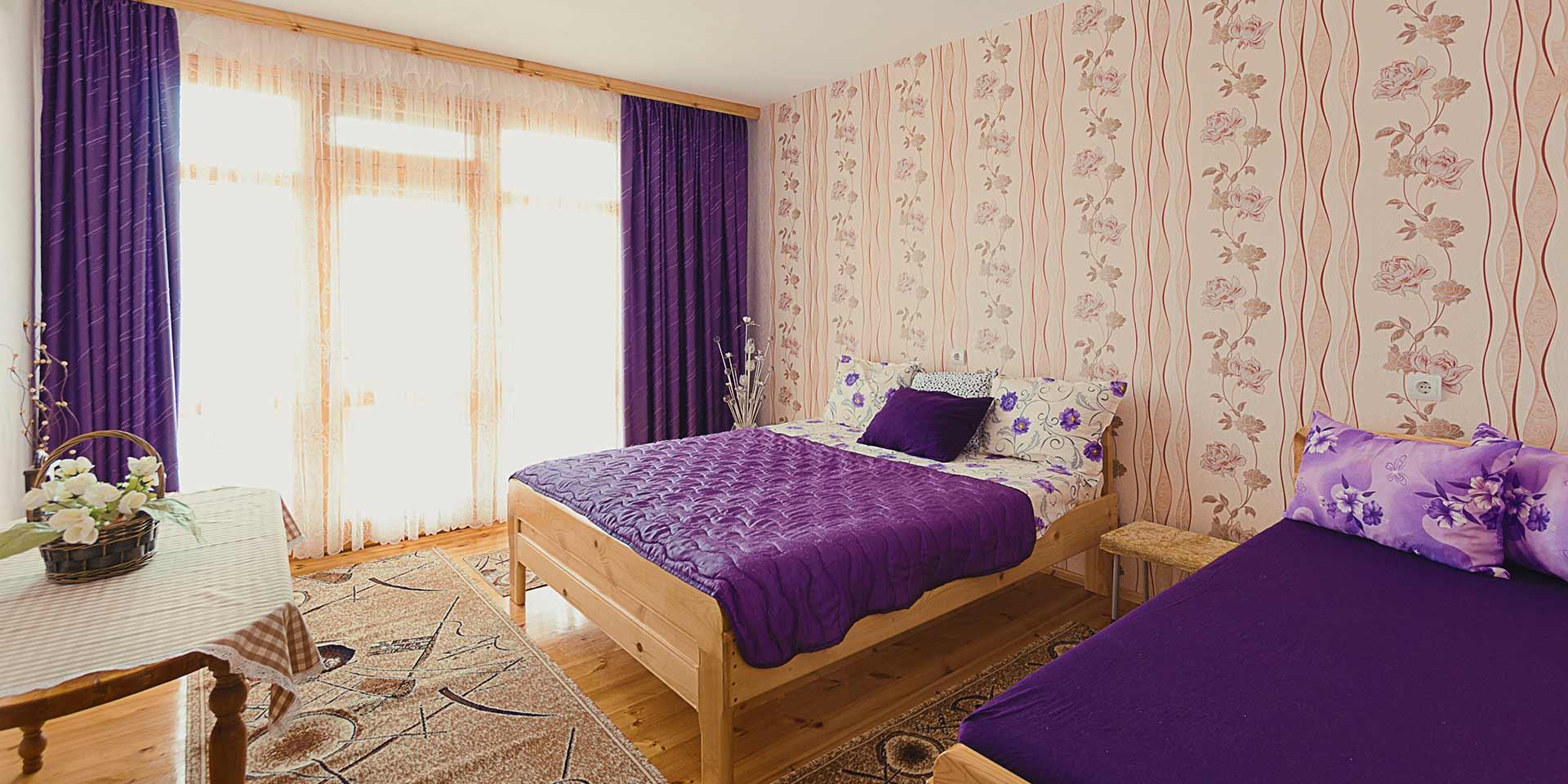 Лилавата стая за гости на семейство Ингови в курортен град Сандански