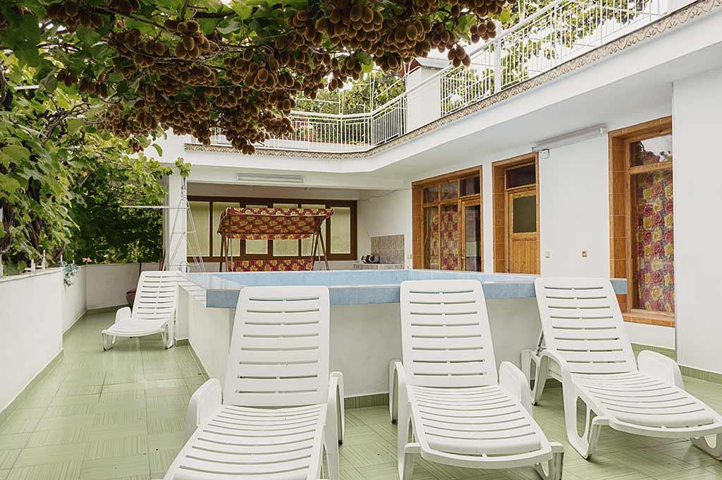 Терасата с басейн, шезлонги и люлки на последният четвърти етаж при къщата за гости на семейство Ингови