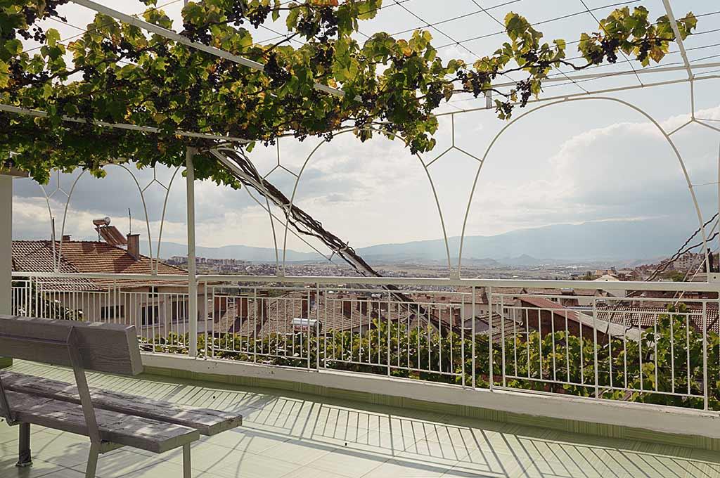 Панорамна гледка от терасата с басейн, шезлонги и люлки на последният четвърти етаж при къщата за гости на семейство Ингови