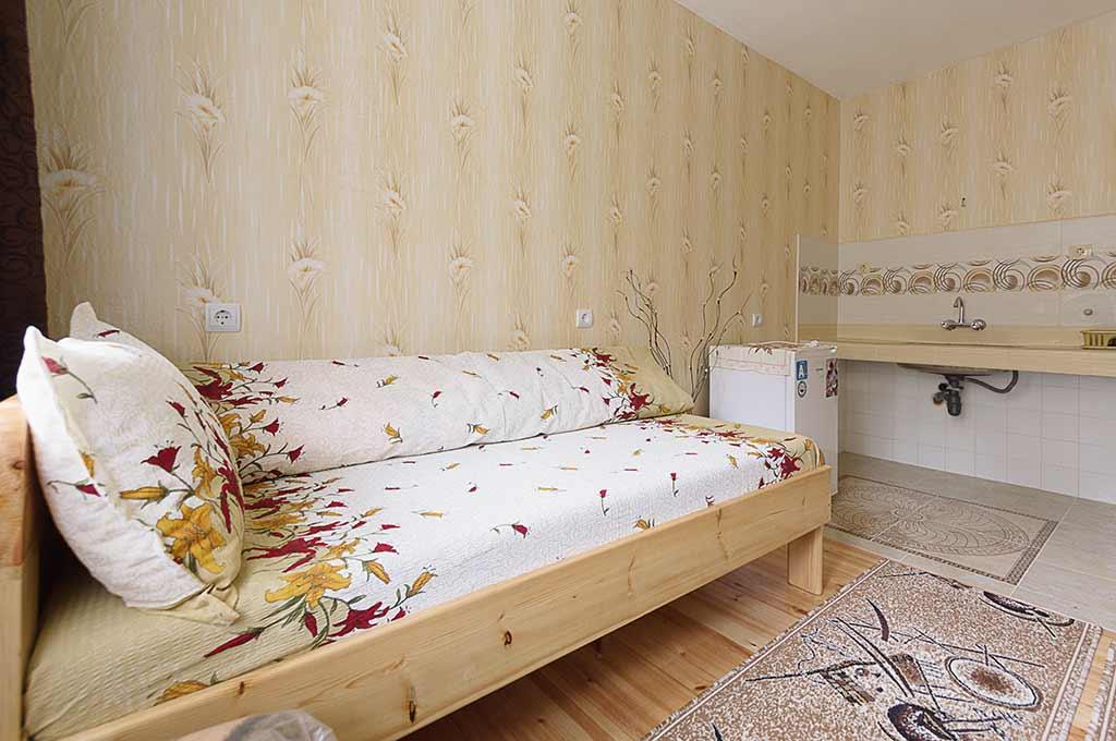 Жълтата стая за гости на семейство Ингови в курортен град Сандански